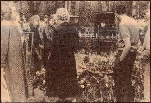 Погребение Виктора Цоя на кладбище в Питере